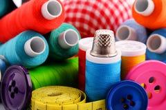 Samenstelling met kleermakersdraden en knopen stock illustratie