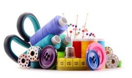 Samenstelling met kleermakersdraden op wit Stock Foto's