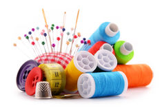 Samenstelling met kleermakersdraden op wit Stock Foto