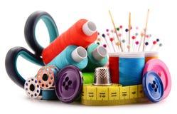 Samenstelling met kleermakersdraden op wit royalty-vrije stock afbeelding