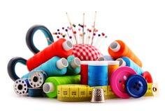 Samenstelling met kleermakersdraden op wit royalty-vrije stock foto
