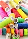 Samenstelling met kleermakersnaalden en draden stock foto