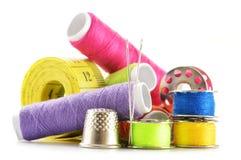 Samenstelling met kleermakersnaalden en draden over wit stock foto's