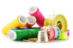 Samenstelling met kleermakersnaalden en draden over wit Royalty-vrije Stock Fotografie