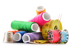Samenstelling met kleermakersnaalden en draden over wit Stock Afbeelding
