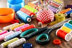 Samenstelling met kleermakerstoebehoren op houten lijst royalty-vrije stock afbeelding
