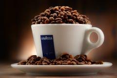 Samenstelling met kop de koffie en bonen van Lavazza Stock Foto's