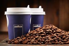 Samenstelling met kop de koffie en bonen van Lavazza Royalty-vrije Stock Afbeeldingen