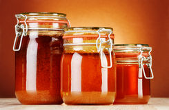 Samenstelling met kruiken honing Royalty-vrije Stock Foto