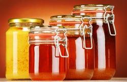 Samenstelling met kruiken honing Stock Afbeeldingen