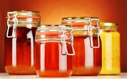 Samenstelling met kruiken honing Stock Foto's
