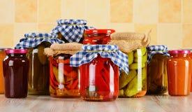 Samenstelling met kruiken van groenten in het zuur. Gemarineerd voedsel royalty-vrije stock afbeelding
