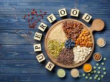 Samenstelling met kubussen en assortiment van superfoodproducten op houten achtergrond Royalty-vrije Stock Fotografie