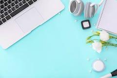Samenstelling met laptop, hoofdtelefoons, schoonheidsmiddelen royalty-vrije stock afbeeldingen