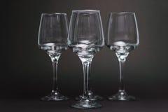 Samenstelling met lege wijnglazen op zwarte achtergrond Royalty-vrije Stock Foto