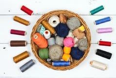 Samenstelling met loopvlakken, cottons en naaiende toebehoren stock foto
