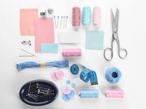 Samenstelling met naaiende draden en toebehoren stock afbeeldingen