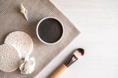 Samenstelling met natuurlijk zwart kosmetisch gezichtsmasker stock afbeelding