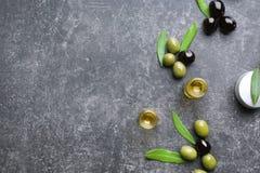 Samenstelling met olijfolie en schoonheidsmiddelen op lijst stock afbeelding