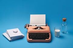 Samenstelling met schrijfmachine, boeken, glas en fles Royalty-vrije Stock Afbeelding