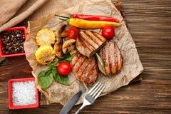Samenstelling met smakelijke geroosterde lapjes vlees Stock Foto's