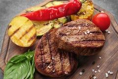 Samenstelling met smakelijke geroosterde lapjes vlees op lijst, Stock Foto