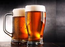 Samenstelling met twee glazen bier Stock Foto