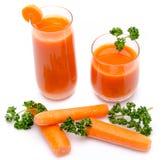 Samenstelling met twee glazen wortelsap, verse wortelen en Royalty-vrije Stock Foto
