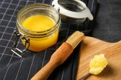 Samenstelling met verduidelijkte boter en het bedruipen borstel stock afbeeldingen