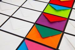 Samenstelling met witte en gekleurde enveloppen op de lijst stock fotografie