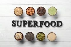 Samenstelling met zwart brievenassortiment van superfoodproducten in kommen Royalty-vrije Stock Foto's