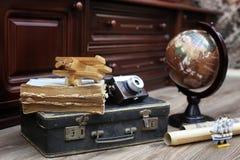 Samenstelling op een houten vloer uitstekende bol met oude leersui Royalty-vrije Stock Fotografie
