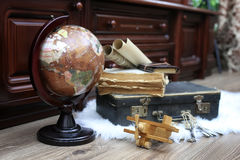 Samenstelling op een houten vloer uitstekende bol met oude leersui Royalty-vrije Stock Foto