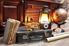 Samenstelling op een houten vloer uitstekende bol met oude leersui Royalty-vrije Stock Afbeeldingen