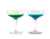 Samenstelling van blauwe en groene gekleurde cocktails op een witte achtergrond Stock Fotografie