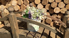 Samenstelling van bloemen, lelietje-van-dalen en andere bloemen stock videobeelden