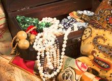 Samenstelling van bont textiel en uitstekende juwelen in oude che Stock Foto