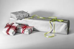 Samenstelling van de dozen van de Kerstmisgift die op grijs wordt geïsoleerd Stock Afbeelding