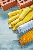 Samenstelling van de rode van de handschoenenblauwdrukken van de bakstenenveiligheid houten meter royalty-vrije stock foto's