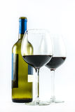 Samenstelling van een uitstekende fles wijn en twee elegante glazen rode wijn op een witte achtergrond Stock Foto's