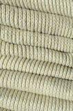 Samenstelling van een zachte gele gebreide sweater Macrotextuur van banden in garens stock fotografie
