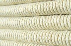 Samenstelling van een zachte gele gebreide sweater Macrotextuur van banden in garens royalty-vrije stock afbeelding