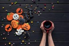 samenstelling van eigengemaakte Halloween-koekjes met vrouw royalty-vrije stock afbeeldingen
