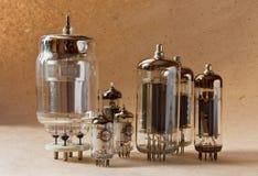 Samenstelling van elektronische vacuümbuizen op kraftpapier-document achtergrond Royalty-vrije Stock Fotografie