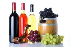 Samenstelling van flessen van wijn, druiven, een vat en een kurketrekker Stock Fotografie