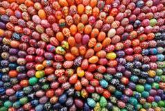 Samenstelling van gekleurde eieren stock afbeeldingen