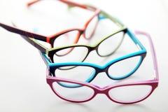 Samenstelling van gekleurde glazen op witte achtergrond Stock Foto