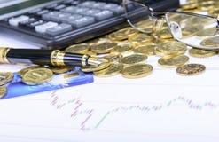 Samenstelling van geld, glazen, calculator en financiële grafieken Stock Afbeelding