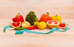 Samenstelling van grapefruit, broccoli, citroen, groene paprika, kalk op een houten lijst Nuttig voor gezondheidsproducten binnen royalty-vrije stock afbeelding