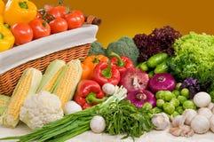 Samenstelling van groente met mand royalty-vrije stock afbeeldingen